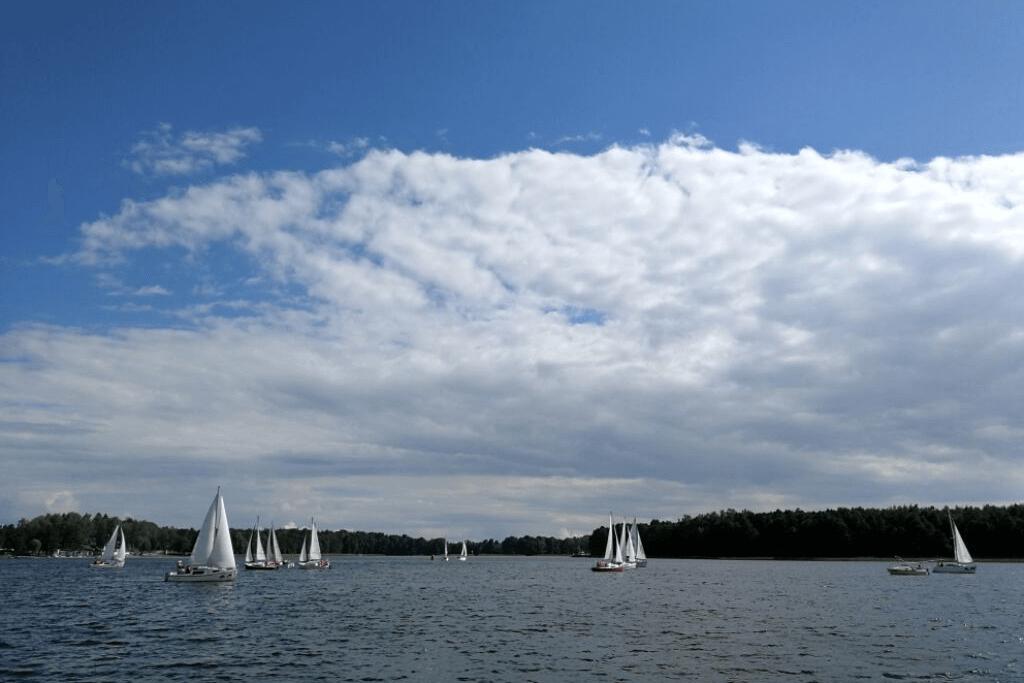 zdjęcie jachtów na mazurskich jeiziorach