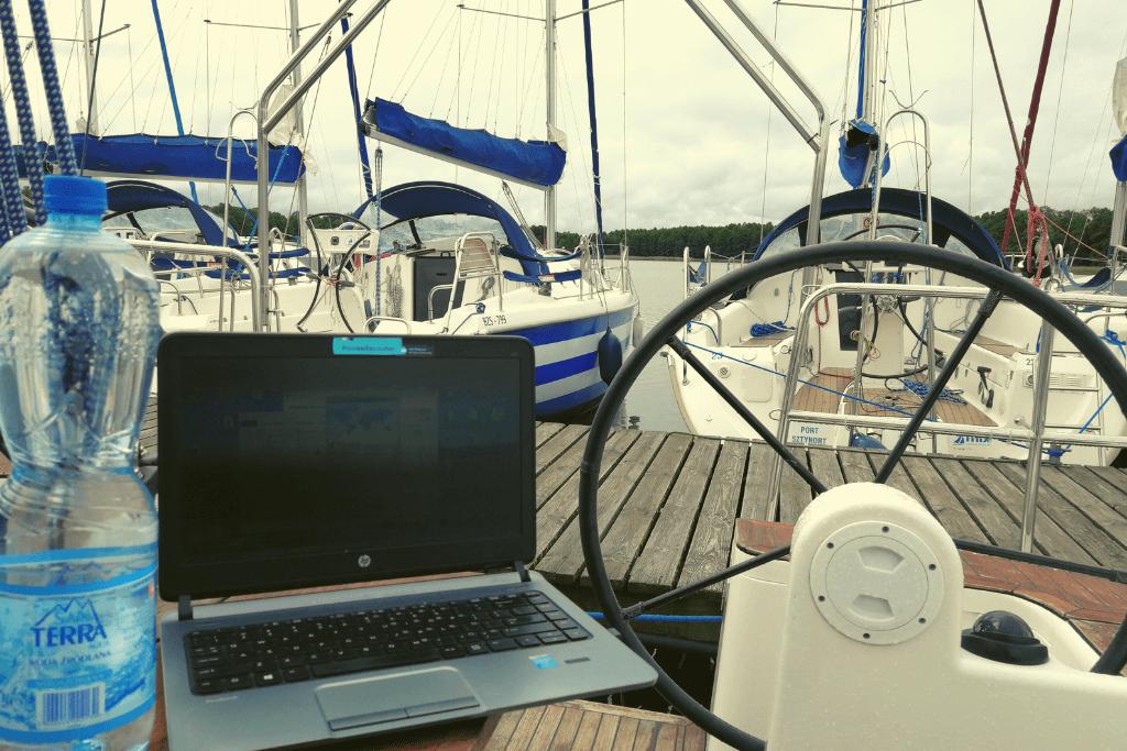 praca nad jeziorem